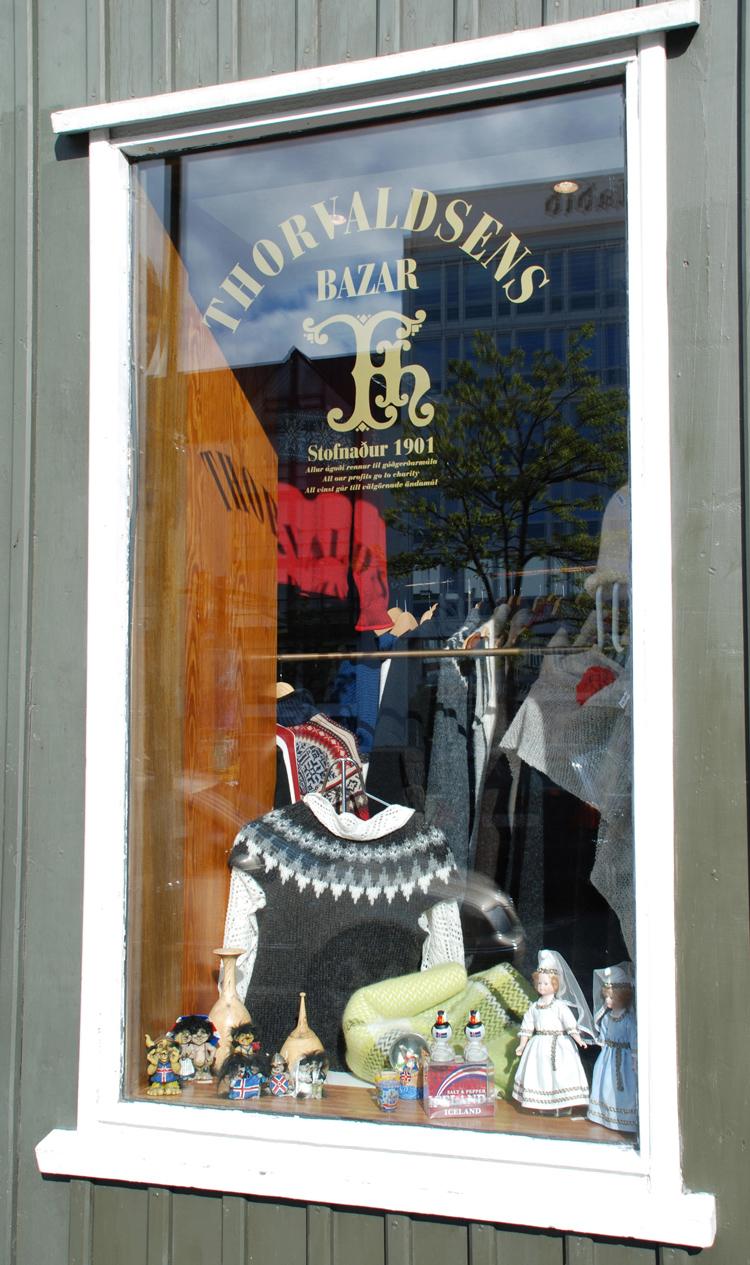 En av många butiker som säljer islandströjor