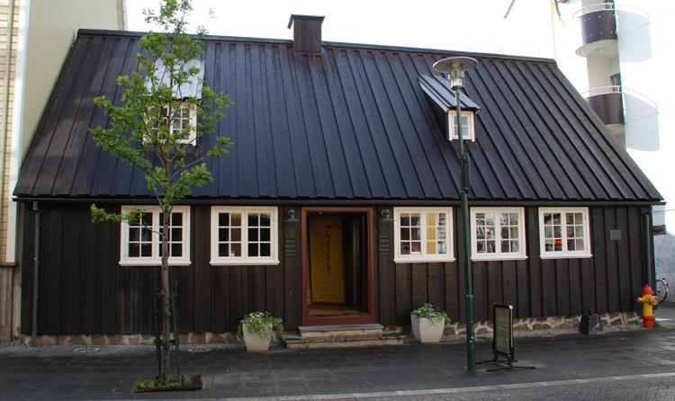 Reykjaviks äldsta hus är från 1750 och ligger på Aðalstræti 10 alldeles intill Ingolfstorg, som är platsen där islands förste bosättare slog sig ned.