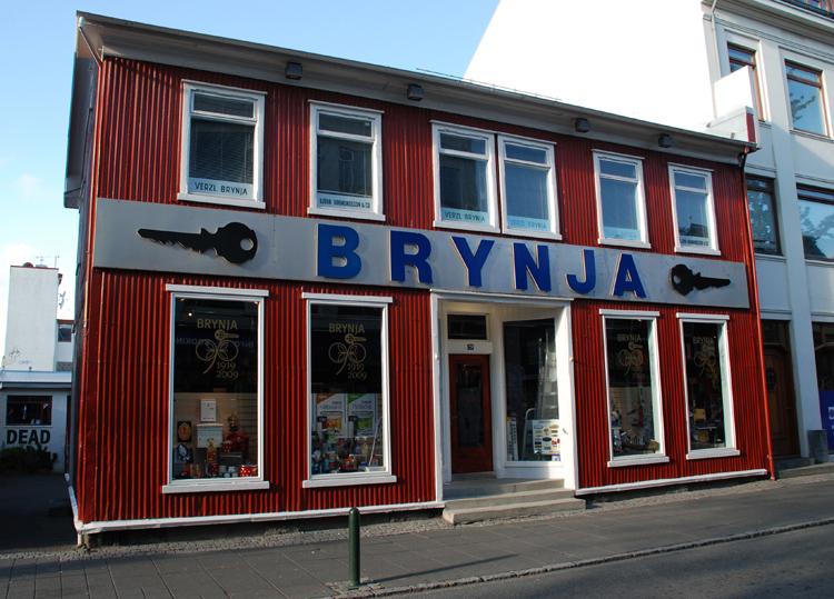 Järnaffär. Fasaden är av korrugerad plåt, vilket av vanligt på Island.