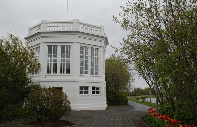 Okänd byggnad i anslutning till en trevlig liten park i staden