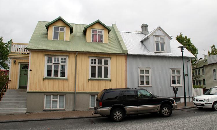 Gatubild från Reykjavik. Huset till vänster är av trä, taket är av plåt liksom huset till höger.