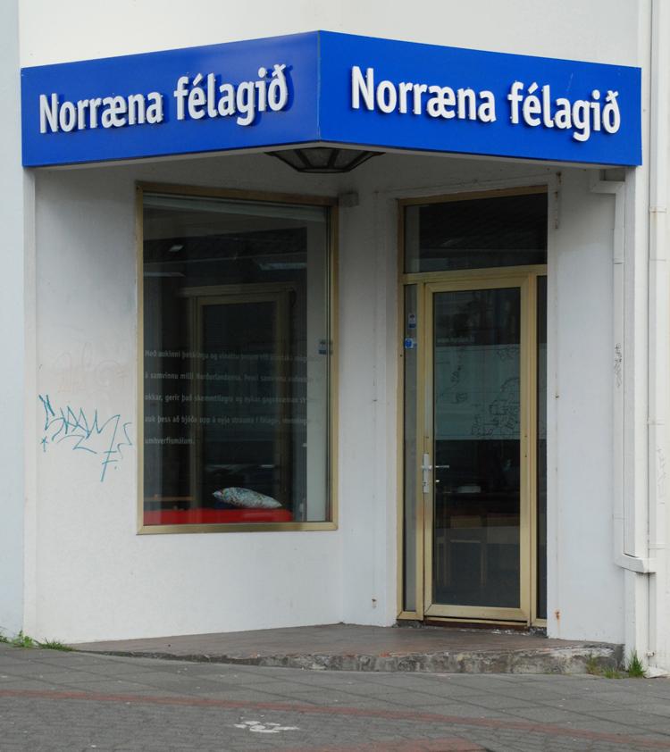 Gatubild från Reykjavik. Här finns en del tomma lokaler och övergivna hus.