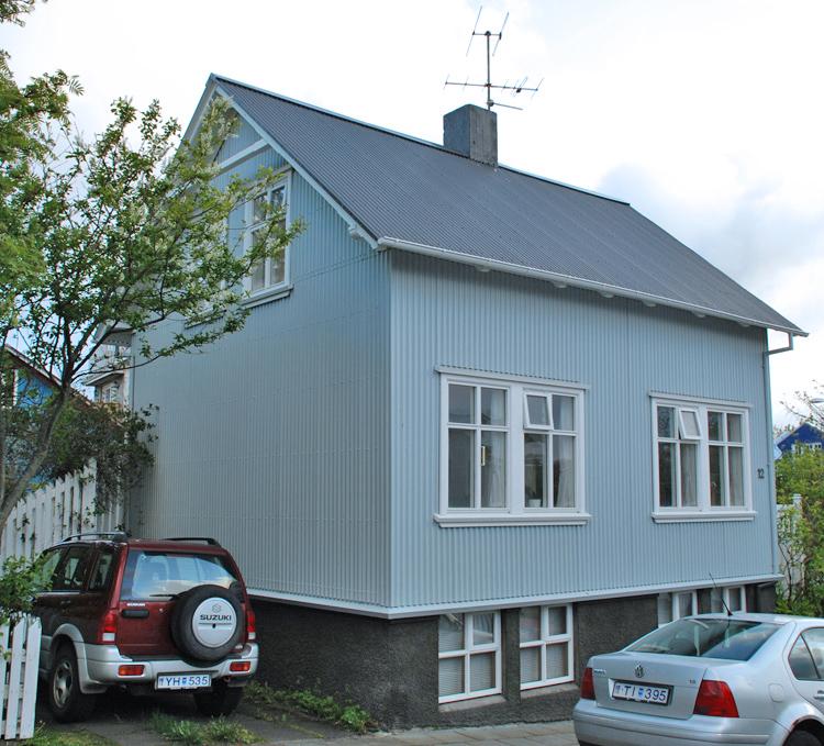 Gatubild från Reykjavik. Vanlig förekommande hus med fasad och tak av korrugerad plåt.