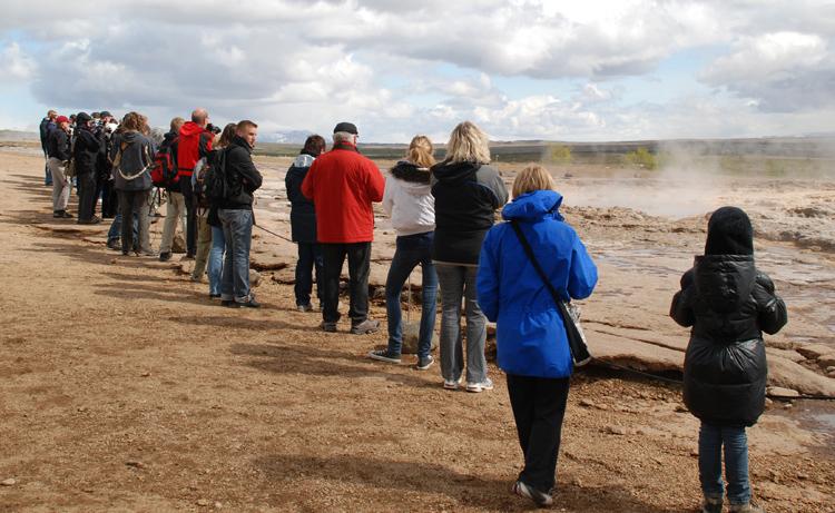 Turisterna väntar på att den större ska få ett utbrott
