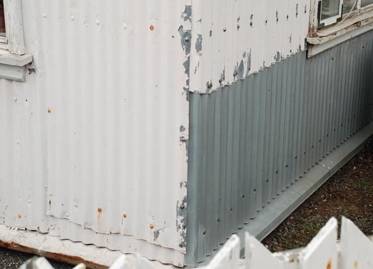 Väldigt många hus har fasader och tak av korrugerad aluminiumplåt.