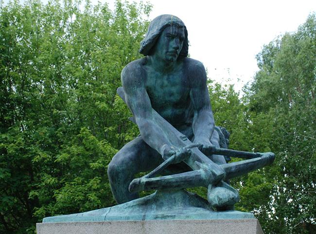 """""""Bågspännaren"""" av Christian Eriksson. Replik av staty som avtäcktes på Kornhamstorg år 1916."""
