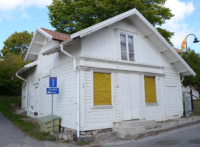 Affärshuset. En av Stockholms skärgårds första affärer. Betjänade södra skärgården från Nämndö till Rånö. Troligen byggt i mitten av 1800-talet i Schweizerstil. Affären drevs av Fredrik Westenius och har senare varit bl.a. skomakeri och turistbyrå.