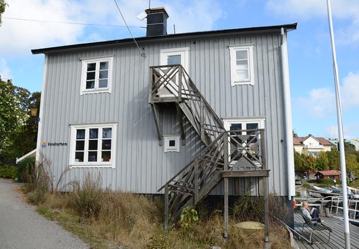 Vandrarhemmet Lotsen. Här har det varit plats för lotspassning sedan 1600-talet. Efter en brand 1890 byggdes det om i förenklad schweizerstil. Dalarö upphörde att vara lotsplats vid årsskiftet 1984-85.