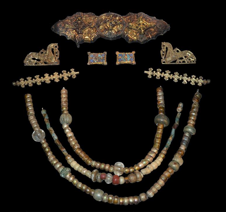 Kvinnas smycken. Pärlor, glas, fajans, silver och bergskristall.