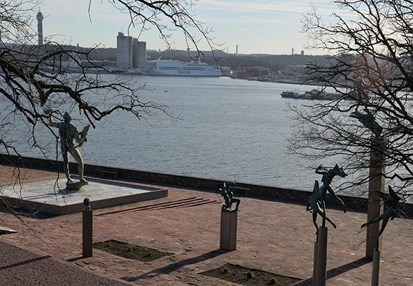 Från Millesgården har man utsikt mot Värtan och Ropsten. Kaknästornet på Djurgården skymtar till vänster på bilden.