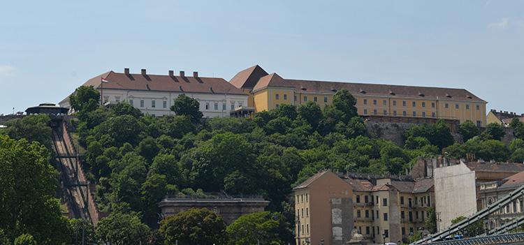 Den vänstra byggnaden är presidentens bostad
