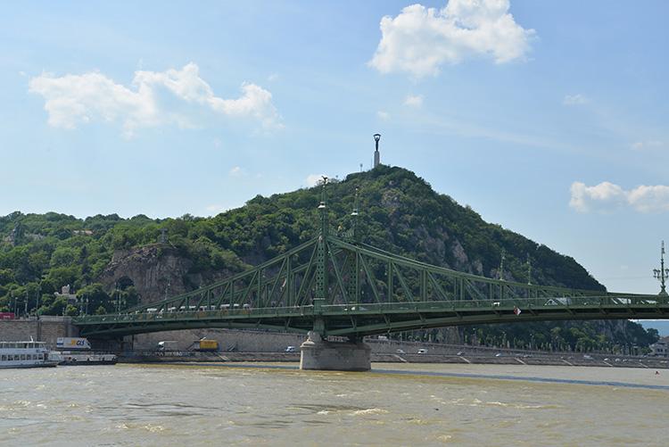 På toppen av berget finns Frihetsstatyn