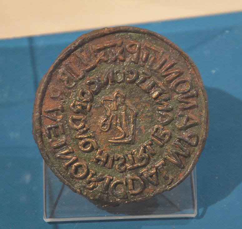 Skattestämpel i brons. Från ca första eller andra århundradet e. Kr. Fyndet kommer från Aquincums civilsamhälle.