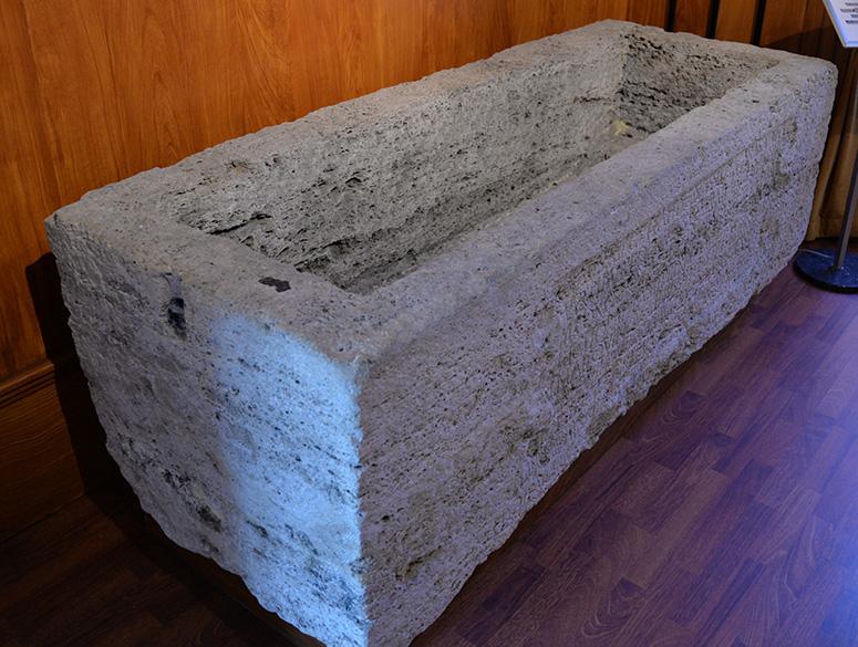 Sarkofag som Titus Aelius Iustus lät göra åt sin hustru Aelia Sabina, som avled 25 år gammal. Sarkofagen hittades i norra delen av militärområdet i Aquincum.