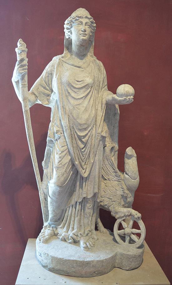 Staty i kalksten av gudinnan Nemesis. Statyn hittades i Aquincums ruiner och är daterad till ca 100- eller 200-talet e.Kr.