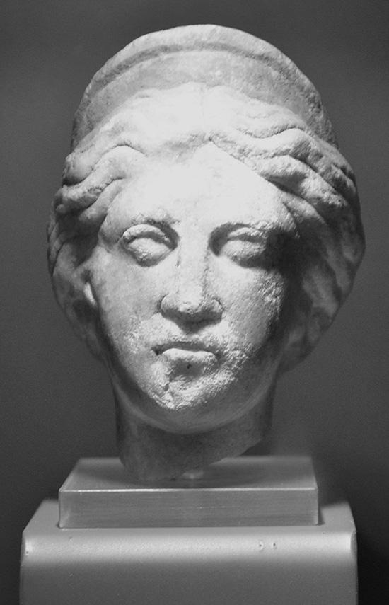 Gudinnan Juno i marmor. Huvudet har förmodligen suttit på en staty som funnits i militärstaden i Aquincum. Den är daterad till 200-talet e.Kr.