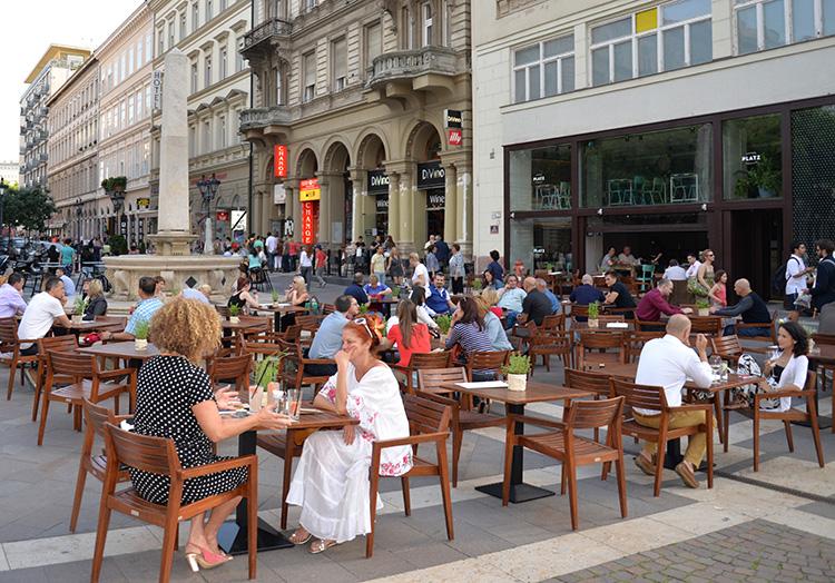 Det finns gott om trevliga uteserveringar i Budapest