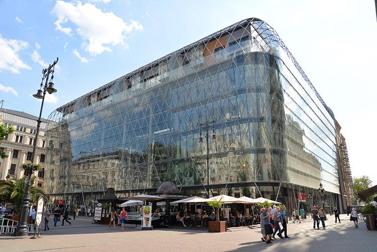 En av relativt få moderna byggnader