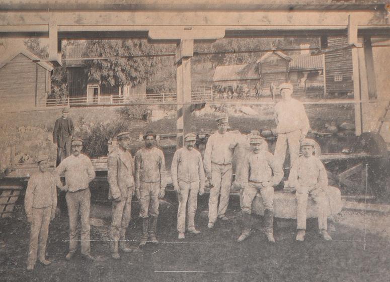 Äldre foto (i kvarnen) på arbetare som jobbat i kvarnen-