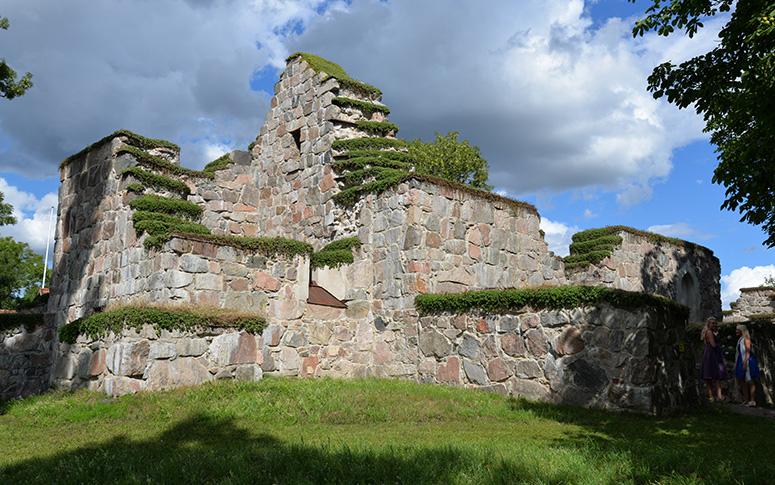 Stora Rytterns kyrkoruin nära stenen