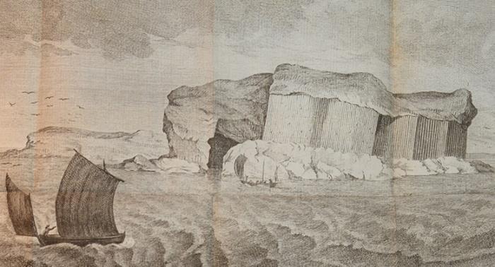 Utsigt av pelarens på Staffa nära vid Shags grotta, tagen ifrån sjö sidan.