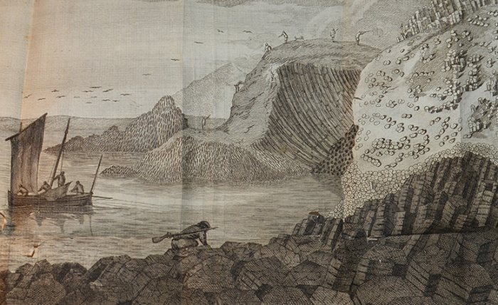 Öen Bo-sha-la och the bugtige pelarena midt emot på Staffa