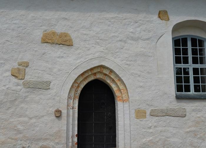 I fasaden finns flera stenar