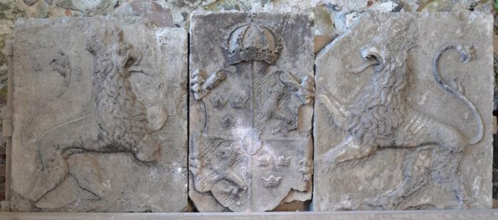 Kopia av vapentavla i tre delar, Johan III. Originalet är i kalksten och återfanns på Söversta kornettboställe, Vikbolandet 1950-talet. Det har troligen suttit ovanför slottsporten i väster.