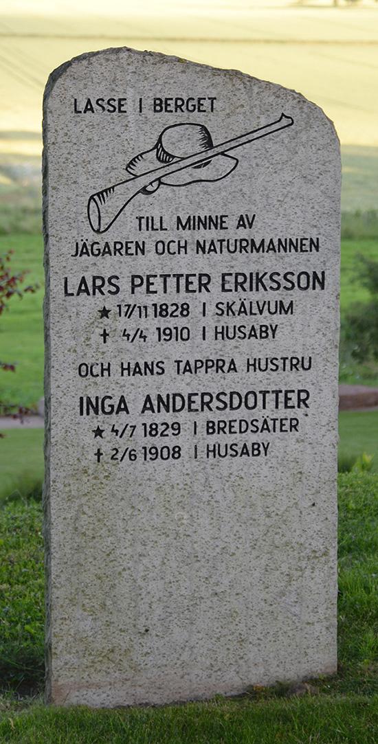 På kyrkogården ligger bl.a. Lasse i berget.