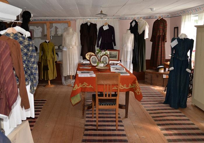 Koversta nr 2 - interiör. Äldre klädedräkter.