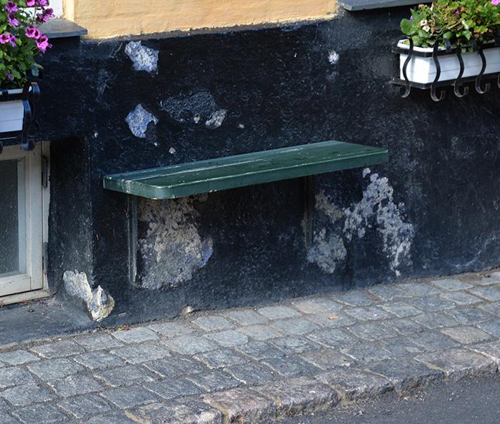 Det är vanlig med bänkar utanför butikerna