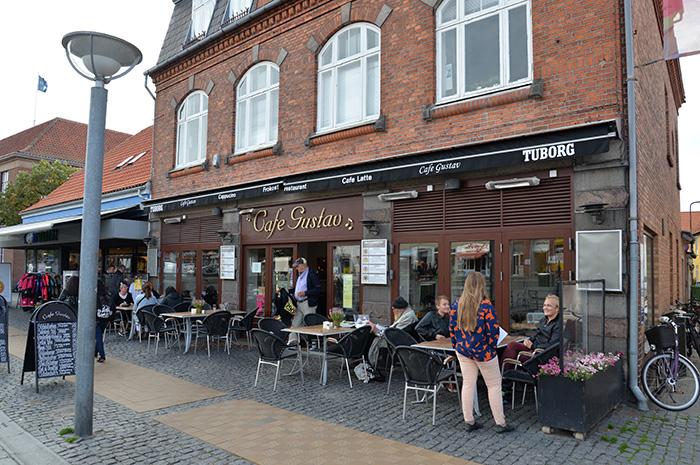 Cafe Gustav ligger på Store Torv, Stora torget i Rönne och är ett populärt matställe.