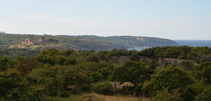Storslagen utsikt från Hammaren fyr mot borgruinen Hammershus