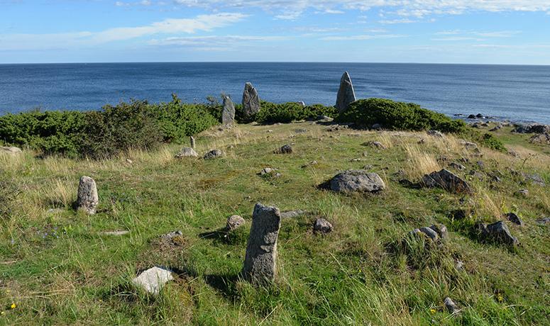 Gravar från brons- och järnåldern med utsikt mot havet